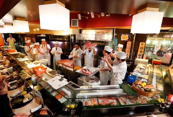 Các nhân viên trong một nhà hàng thuộc chuỗi Sushi Zanmai vỗ tay vui mừng sau khi ông chủ Kimura giành chiến thắng trong phiên đấu giá ngày 5/1/2016. Ảnh: Getty.