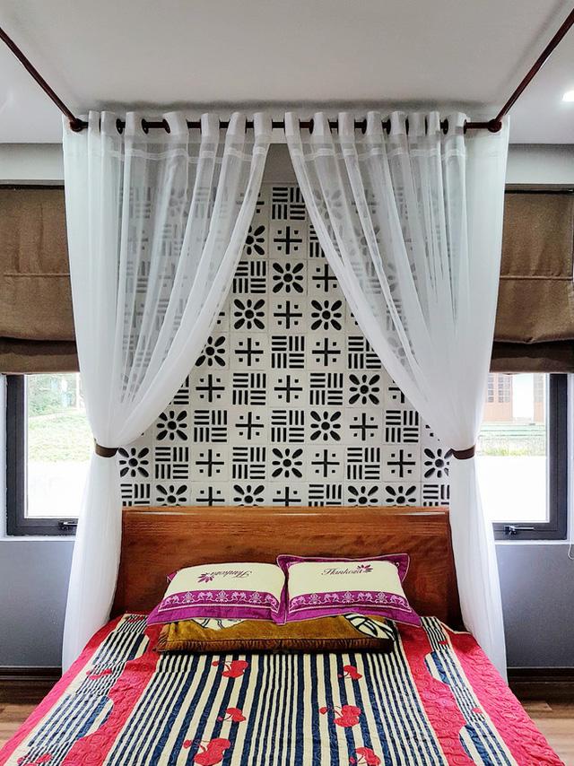 Phòng ngủ mang nét nhẹ nhàng lãng mạng với rèm trắng và gạch thông gió.