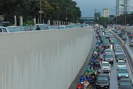 Cả phía trên và phía dưới hầm chui Kim Liên đều rất đông phương tiện tham gia giao thông.