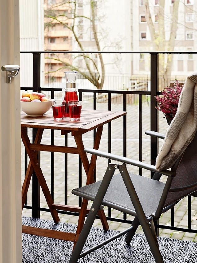 Từ không gian phòng khách và nghỉ ngơi mở cửa ra là ban công. Ở đây, gia chủ đặt bộ bàn ghế nhỏ, trang trí thêm chậu hoa tạo góc thư giãn nhẹ nhàng, thoải mái.