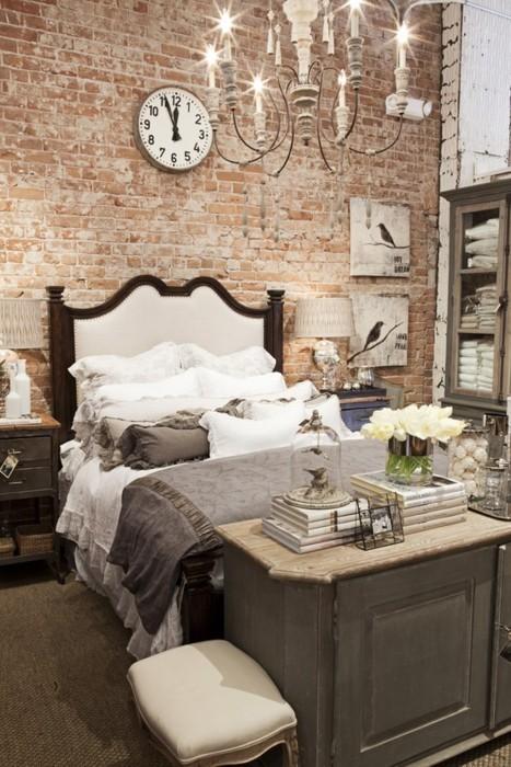 Vẻ thân thiện, mộc mạc của mảng tường gạch càng góp phần làm không gian phòng ngủ ấm áp và thân thiện hơn.