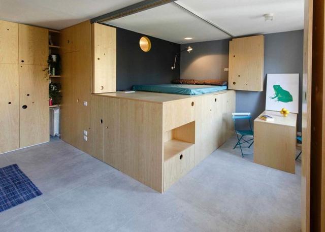 Khu vực nhà tắm và nghỉ ngơi được thiết kế cùng một khối. Góc nghỉ ngơi được nâng lên cao để tận dụng cả một kho chứa đồ bên dưới.