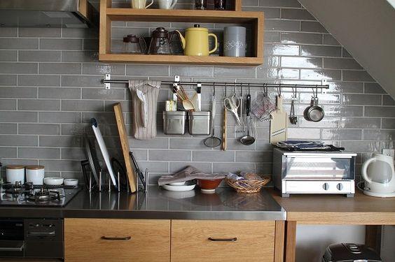 Không gian trong bếp đơn giản với những đồ dùng thiết yếu rất tiện cho người sử dụng. (Ảnh Pinterest).