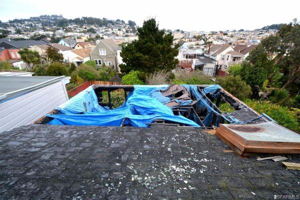 Phần mái nhà cũng đã bị thiêu rụi.