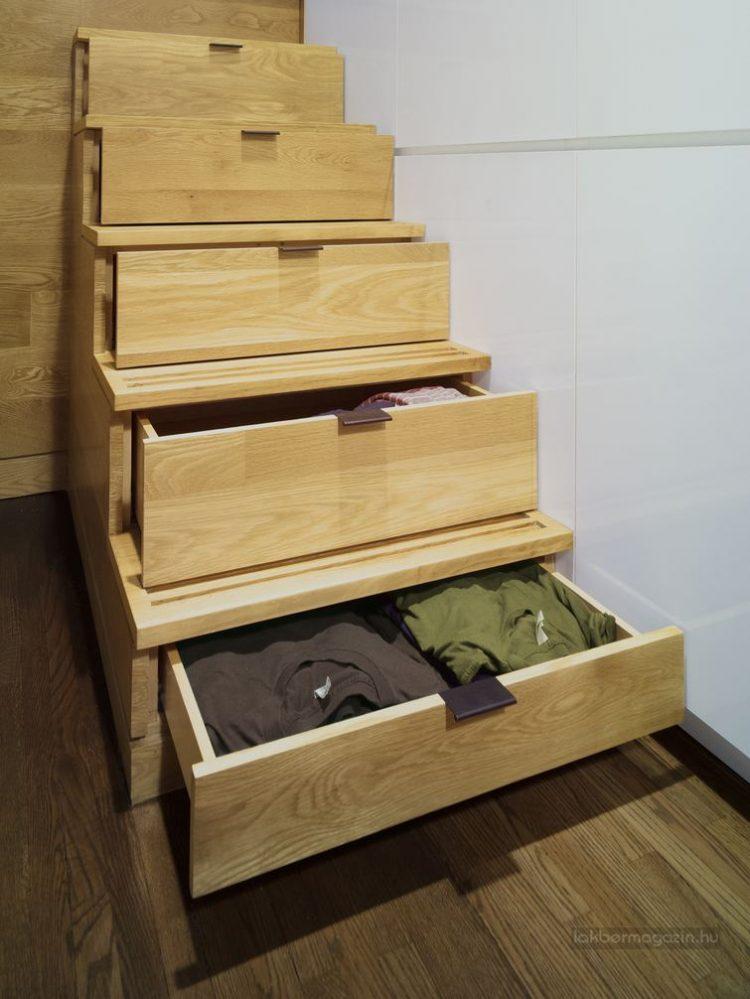 Những bậc cầu thang dẫn lên góc nghỉ ngơi được thiết kế thông minh với những ngăn kéo đựng quần áo.