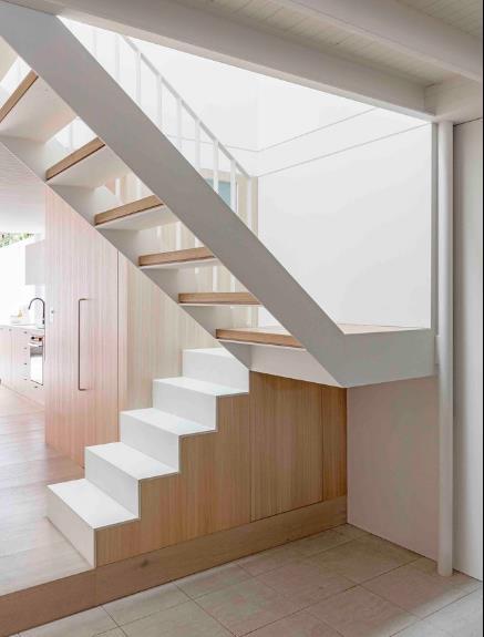 Chiếc cầu thang gỗ dẫn lên tầng 2 được đặt vị trí giữa nhà.