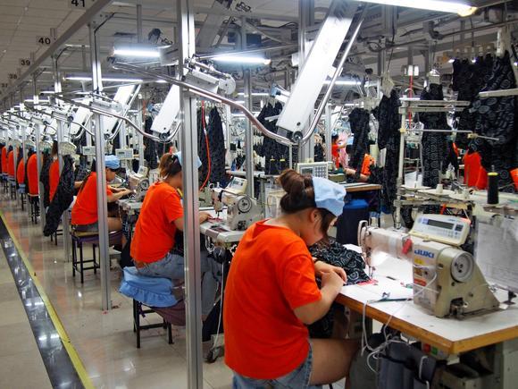 Uniqlo phải tận dụng nhân công tại Trung Quốc.