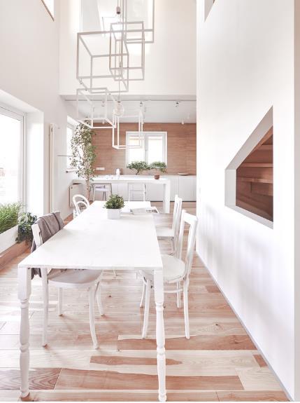 Phòng khách được bài trí vô cùng đơn giản, thoáng sáng cạnh cửa sổ.