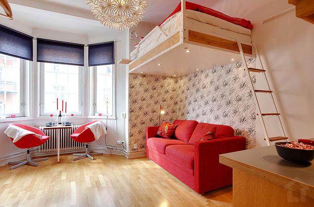 Góc nghỉ ngơi của chủ nhà được đưa lên cao để nhường không gian bên dưới cho phòng khách.