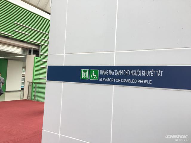 Bên cạnh cầu thang bộ lên ga, còn có hệ thống thang máy dành cho người khuyết tật (đang thi công, chưa đưa vào sử dụng).
