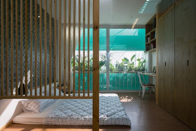 Trong ngôi nhà, cây xanh xuất hiện khắp nơi mang đến bầu không khí thoáng mát và tràn ngập sức sống.