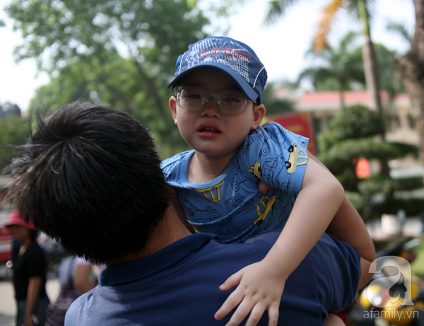Một đứa trẻ nhỏ gần 3 tuổi khóc nức nở khi anh trai đi lính.