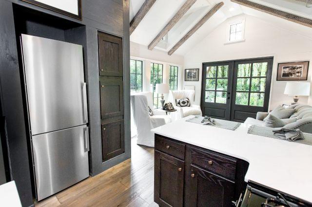 Chiếc tủ lạnh được đặt vừa khít trong hệ tủ gỗ cạnh bếp ăn rất thuận tiện cho người nội trợ.