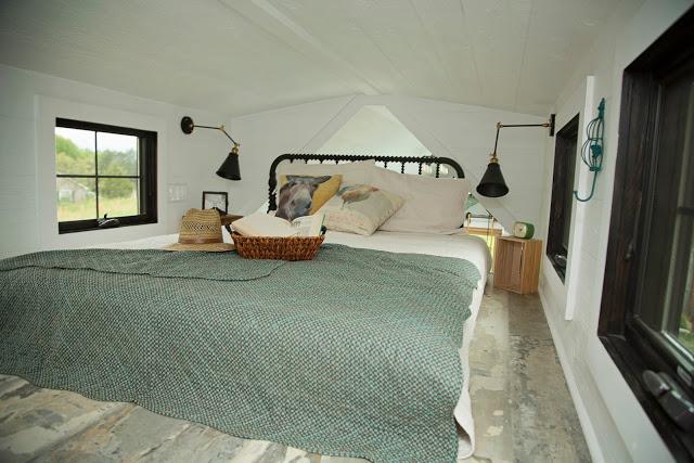 Dù diện tích rất hạn chế nhưng ngôi nhà có tới hai phòng ngủ rộng thoáng được bố trí hai bên của ngôi nhà.