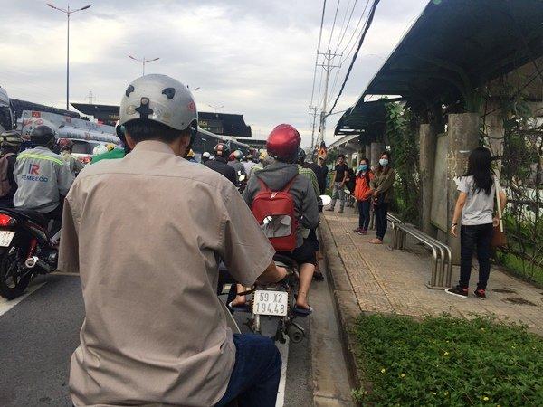 Trạm xe buýt trên Xa lộ Hà Nội, gần 2 giờ chưa có chuyến xe nào đón khách vì ùn tắc kéo dài...