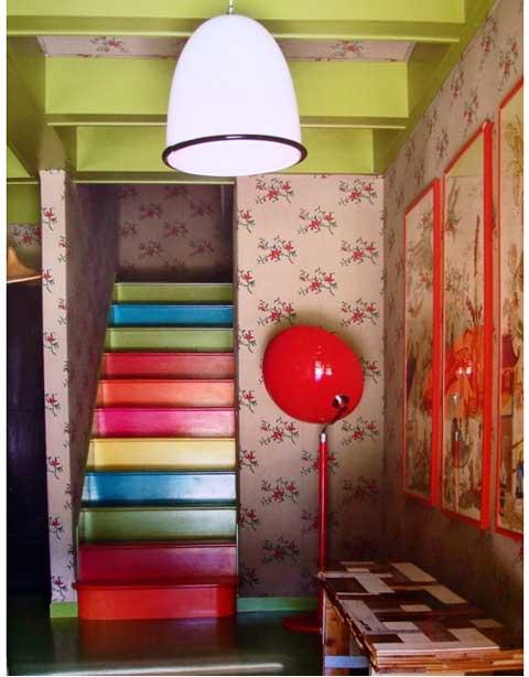 Sơn cầu thang là một ý tưởng tuyệt vời cho những bạn yêu thích các loại màu sơn. Tận dụng sơn thừa từ những lần sửa sang nhà cửa để làm đẹp ngay những bậc thang. Mỗi bậc thang được trang trí một màu khác nhau, hoặc sơn theo tone nhạt dần, đậm dần của từng màu sắc.