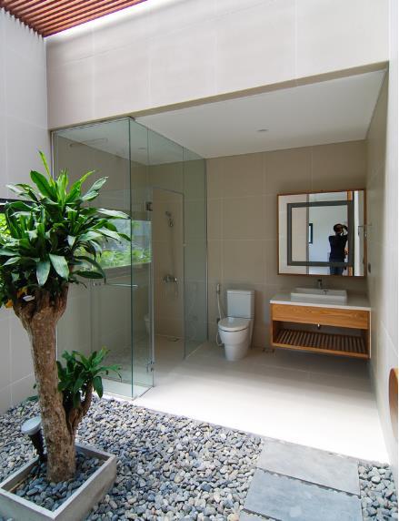 Phòng vệ sinh rộng, đẹp được bố trí cạnh bể bơi.