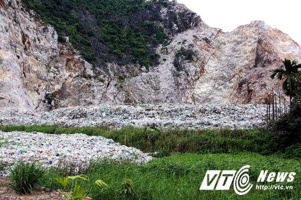 Lượng rác dồn về ngày càng nhiều nhưng không được xử lý dẫn đến quá tải, đổ tràn cả ra khu vực đầm hồ. Nước rỉ rác cứ thế thẩm thấu và theo dòng nước hòa vào hệ thống thủy nông phục vụ sản xuất và đời sống của người dân.