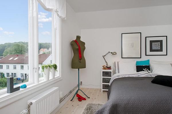 Vẫn sử dụng gam màu đen trắng chủ đạo cho cả tường gối và chăn, phòng ngủ giúp đem đến một cảm giác hết sức dễ chịu, thoải mái để tận hưởng những giây phút nghỉ ngơi sau ngày dài làm việc mệt mỏi.