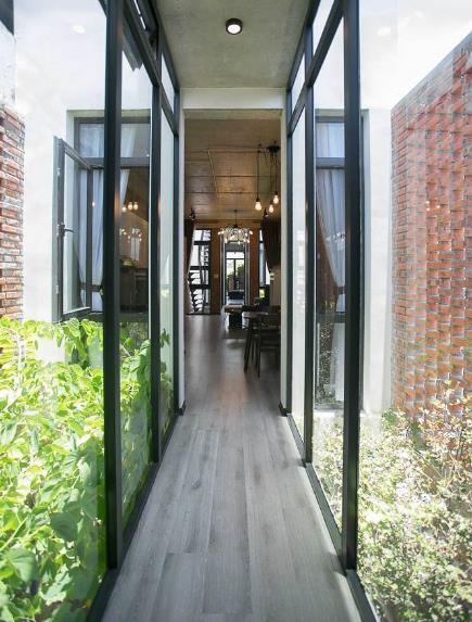 Trên tầng 2 là không gian rộng thoáng, hiện đại dành cho chủ nhà để nghỉ ngơi và sinh hoạt.