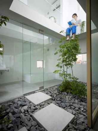 Tầng 2 được thiết kế với phòng ngủ và không gian phụ nhìn xuống trung tâm của ngôi nhà.