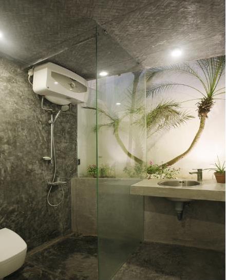 Cây xanh còn được trồng xen kẽ tạo nên vẻ đẹp yên bình và không gian tươi mát cho ngôi nhà.