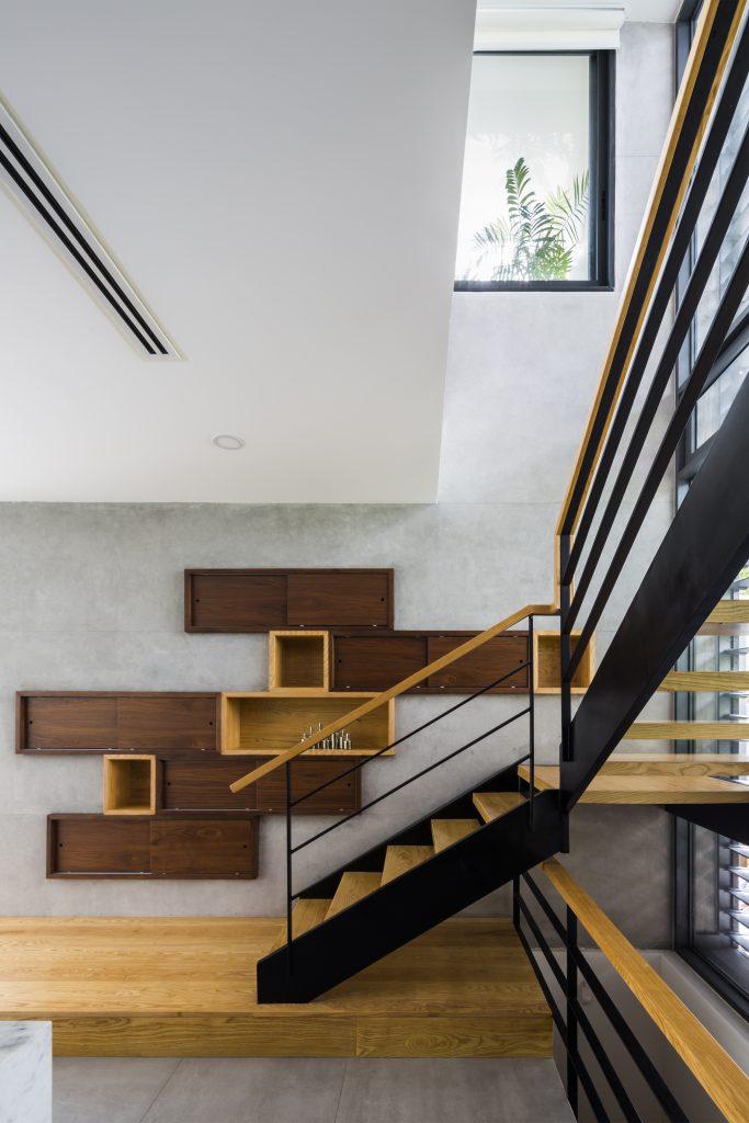 Cầu thang dẫn lên tầng 2 được thiết kế đơn giản với vật liệu sắt và gỗ sáng màu.
