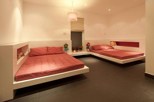 Tông màu hồng và kem được lựa chọn để trang trí cho phòng ngủ bé gái.