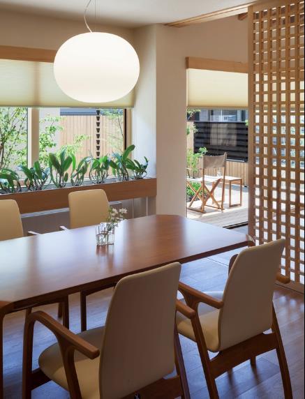Bộ bàn ăn được đặt cạnh cửa sổ có view nhìn ra bên ngoài tuyệt đẹp.