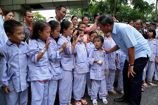 Các em nhỏ nhận được rất nhiều sự quan tâm từ Viện trưởng. Ảnh: Viện Huyết học - Truyền máu Trung ương
