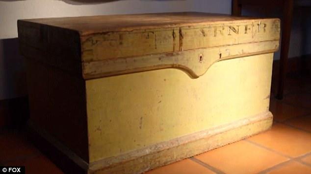 Chiếc hòm đựng kỷ vật của kỵ ông Solomon Warner, nơi Jock Taylor tìm thấy chiếc quần jeans Levis