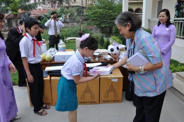 Bà từng đến Việt Nam để thăm hỏi và trao tặng nhiều phần quà có ý nghĩa cho các em học sinh.