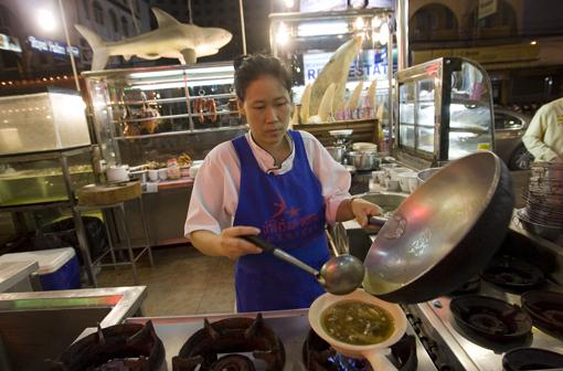 Đầu bếp của một nhà hàng đang nấu món súp vi cá.
