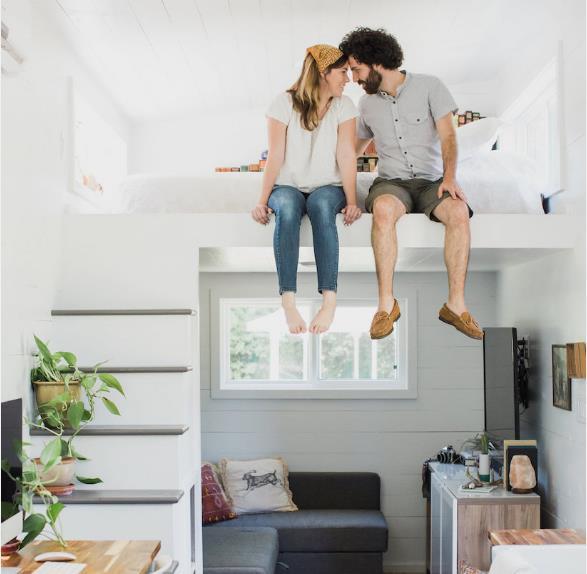 Phòng ngủ của hai vợ chồng được đưa lên gác xép rộng thoáng vừa bảo đảm sự riêng tư cần thiết và kín đáo cho chủ nhà.