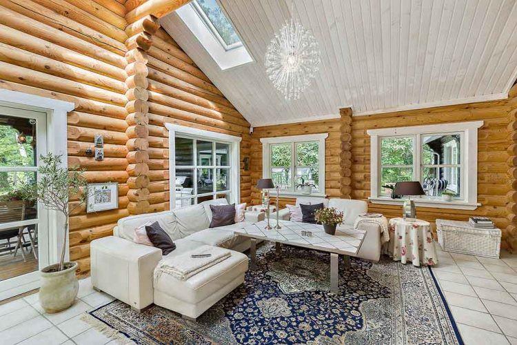 Lợi thế của ngôi nhà này đó là sở hữu nhiều cửa sổ kính rộng. Không chỉ được bố trí tại các bức tường nhà mà ngay cả trên trần cũng được lắp cửa kính giúp ánh sáng tự nhiên có thể len lõi khắp mọi không gian.