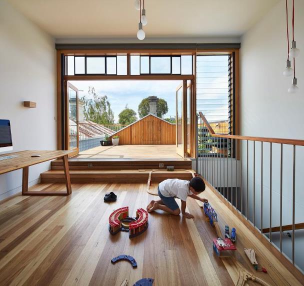 Góc vui chơi của cậu con trai và một ban công rộng thoáng trên tầng 2. Toàn bộ sàn và nên nhà được ốp gỗ sáng màu tạo cảm giác ấm cúng và sạch sẽ.