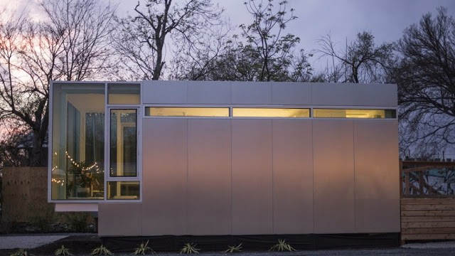 Ngôi nhà nhỏ ấm cúng với ánh sáng điện khi về đêm.