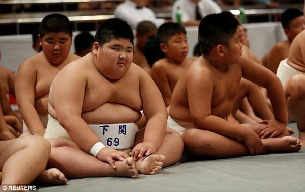 Nhiều đứa trẻ được gửi vào lò đào tạo sumo ngay từ khi còn nhỏ.