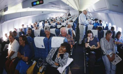 Ngồi cùng một hàng ghế, nhưng chắc chắn mỗi người đã mua vé với giá tiền khác nhau. Ảnh: Thesundaytimes