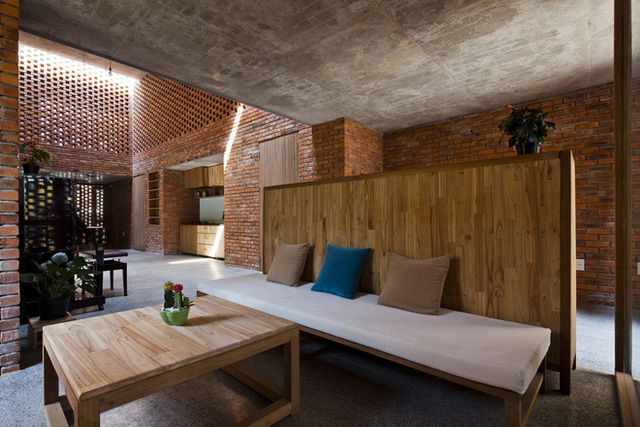 Với cách thiết kế tường gạch nung xếp xen kẽ, gió có thể nhẹ nhàng đi qua tất cả các vị trí khác nhau trong ngôi nhà. Vào ban đêm, ánh trăng cũng len lỏi vào khắp các không gian như phòng ăn, phòng khách và bếp.
