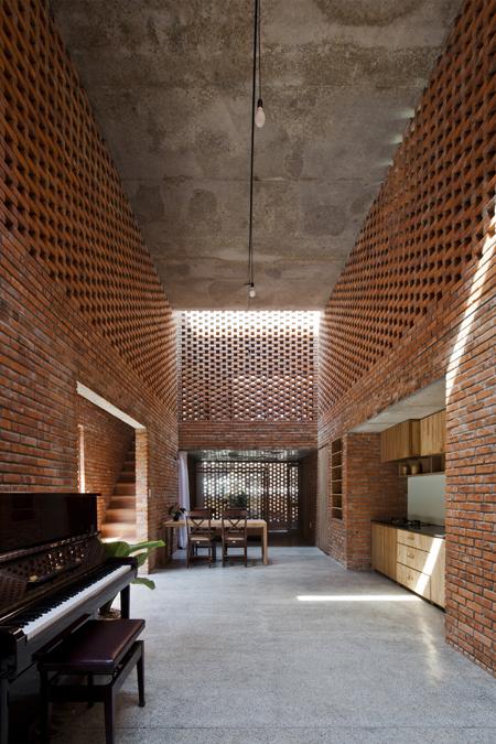 Được thiết kế vô cùng thông minh và sáng tạo với những khoảng thông tầng cao rộng ngôi ngôi nhà lúc nào cúng tràng ngập ánh sáng tự nhiên và có khả năng thông gió tốt.