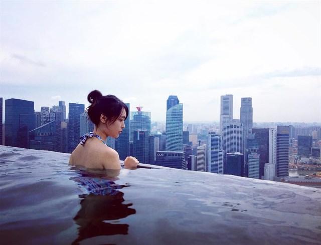 Bể bơi vô cực của Hòa Bình Green Đà Nẵng được xây dựng giống như bể bơi dát vàng của Khách sạn Marina Bay Sands Singapore.