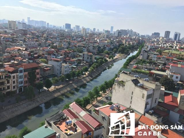 Bờ kè ven sông Sét qua phường Tương Mai, quận Hoàng Mai hiện được đầu tư khang trang với hàng cây xanh, đường hai làn xe chạy.