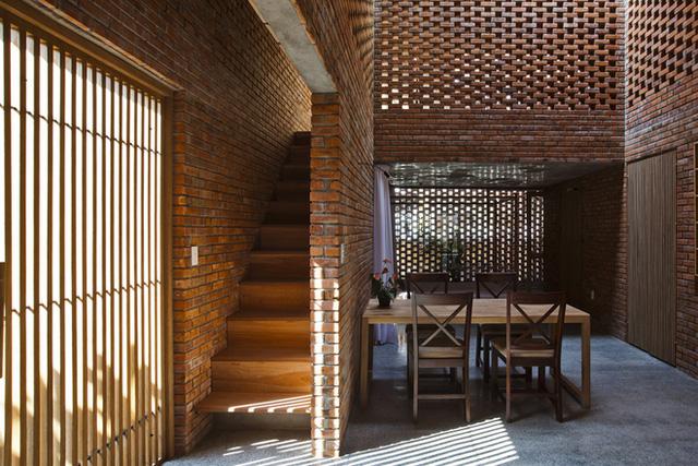 Nhà tổ mối bao gồm hai khối hộp lồng vào nhau, với trung tâm là bếp, bàn ăn và góc thư giãn - nơi sinh hoạt chung của gia đình.