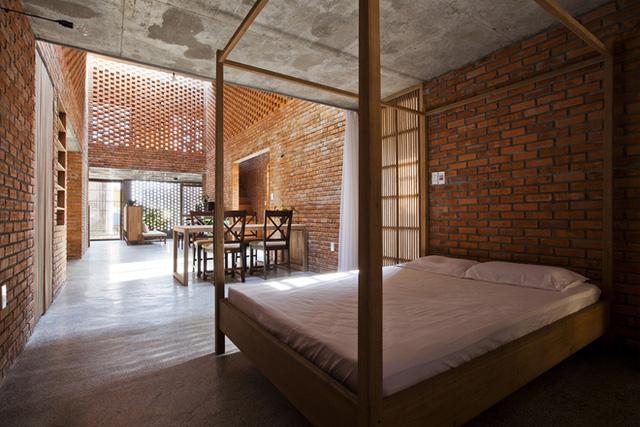 Từ đây, các khu vực chức năng khác như vệ sinh, kho, phòng khách, phòng ngủ được chuyển tiếp nhẹ nhàng và lan tỏa ra xung quanh.