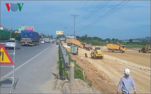 Tuyến đường cao tốc 10 làn xe đầu tiên ở Quảng Ninh (Hải Phòng - Vân Đồn) đang triển khai: Ảnh VOV