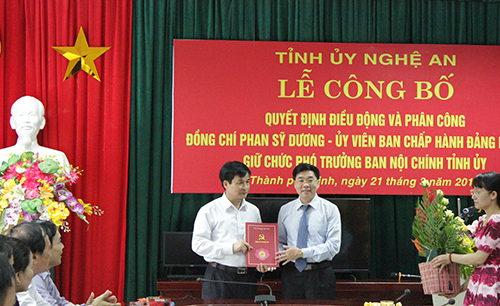 Ông Nguyễn Văn Thông - Phó Bí thư Tỉnh ủy trao quyết định cho ông Phan Sỹ Dương