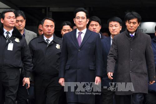 Phó Chủ tịch Tập đoàn Samsung Lee Jae-yong (giữa) rời khỏi Tòa án Seoul ngày 18/1. Ảnh: AFP/TTXVN