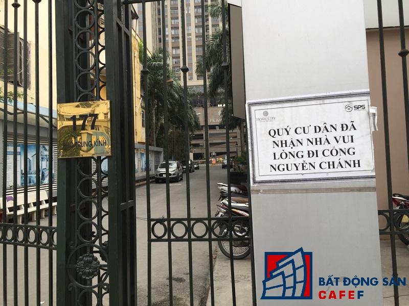 Cổng vào tại địa chỉ 177 Trung Kính đã bị rào lại cùng với dòng chữ quý cư dân đã nhận nhà vui lòng đi cổng Nguyễn Chánh.