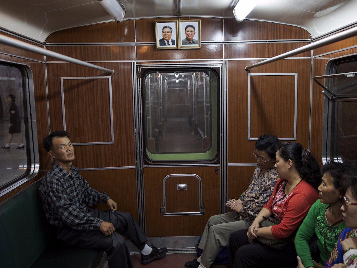 Trong mỗi toa tàu đều có di ảnh hai nhà lãnh đạo quá cố Kim Nhật Thành và Kim Jong Il.